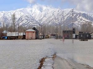 Eriyen kar suları sele neden oldu