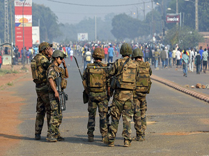 Fransız askerleri de Müslümanlara saldırıyor