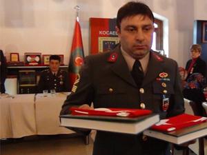 Jandarma Kur'an-ı Kerim ve bayrak dağıttı