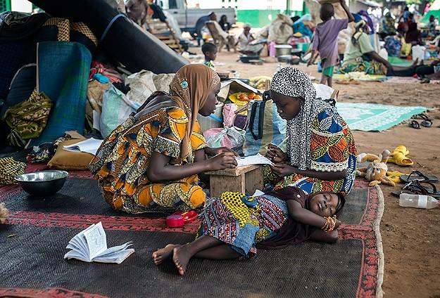 Şiddetten kaçan Müslümanlar cami avlusuna kamp kurdu