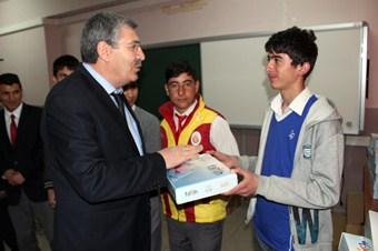 Ağrı'da öğrencilere tablet dağıtıldı