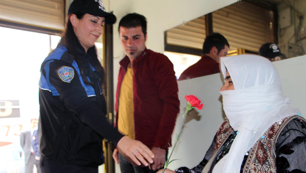 Şırnak'ta polis esnafa karanfil dağıttı!