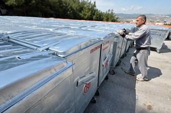 İzmir Büyükşehir ilçelere 6 bin konteyner dağıtıyor