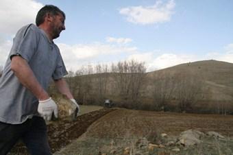 Yozgatlı çiftçiler taşlı arazilerini temizleyememekten yakınıyor