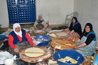 Mahallenin bayanları Kuran kursu için kermes düzenledi
