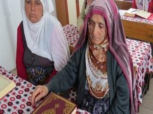 90 yaşında Kur'an okumayı öğrendi