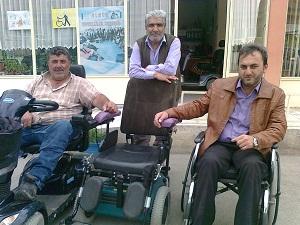 Engellinin bozulan arabasını yine engelli tamir ediyor