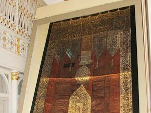 500 yıllık Kabe örtüsü Ulu Cami'de sergileniyor