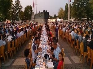 Başakşehir'de 7 bin kişi aynı sofrada iftar yaptı