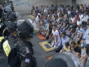 Filistinliler cuma namazını sokaklarda kıldı
