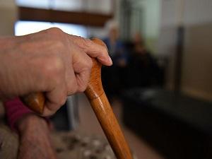 Yaşlılara sensörlü bakım