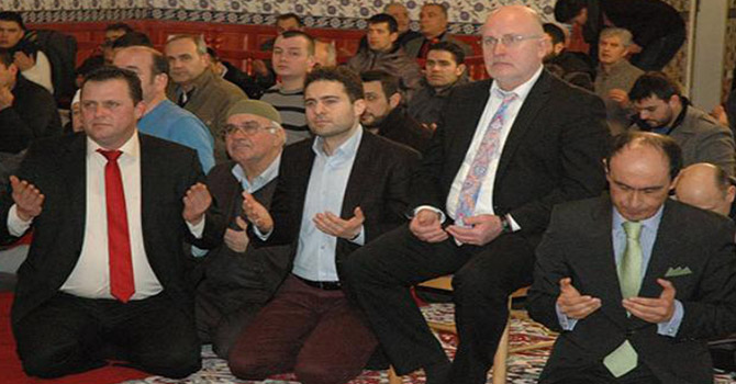 Alman Belediye Başkanı el açıp dua etti