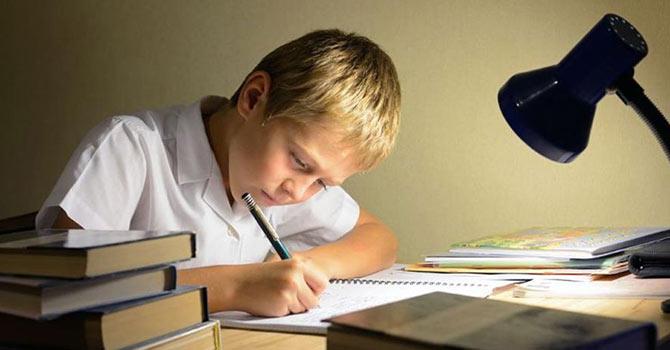 Ödev yapan anne babalar çocuğa zarar veriyor