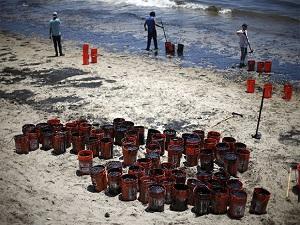ABD'de 80 ton petrol okyanusa sızdı