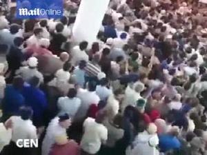 Camide yüzlerce kişi kavga etti!