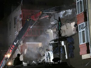 Gaziosmanpaşa'da yan yatan binanın yıkımına başlandı
