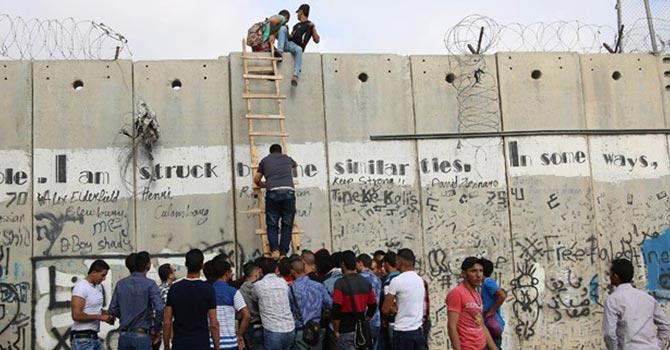 Filistinli gençler namaz için engel tanımıyor