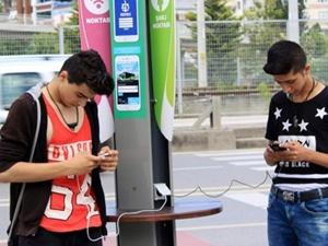 Güneş enerjisi ile telefon şarjı