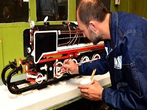 Orijinal parçalarıyla tren maketi yaptı