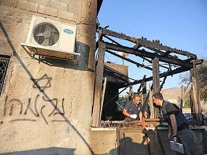 Yahudi yerleşimciler Filistinli ailenin evini ateşe verdi