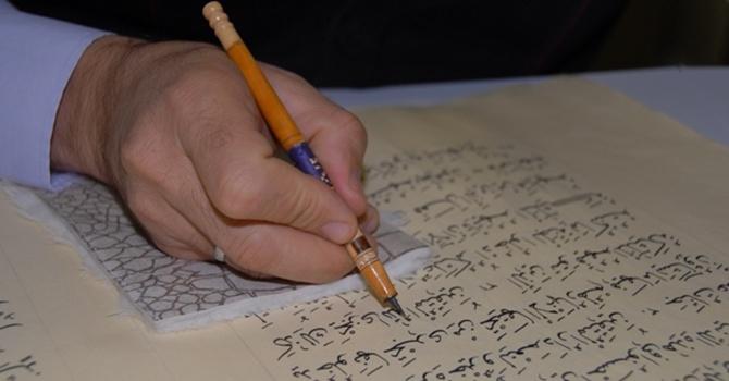 Görme engelli çift Kuran-ı Kerim yazarak geçimini sağlıyor