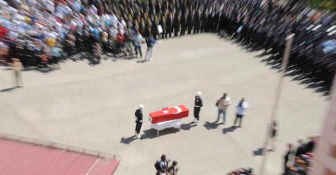 Şehit polisi Sivas'ta 10 bin kişi uğurladı
