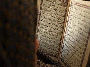 Kur'an Kursu'nda birinci olan öğrencilere laptop hediye