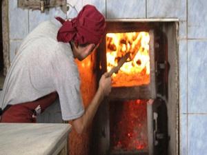 Sıcakta hem ekmek çıkarıyor hem de ekmek parasını!
