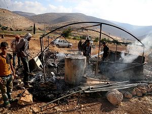 Yahudi yerleşimciler Filistinli aileye ait bir çadırı yaktı