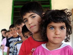 Bir gözü mavi diğeri kahverengi beş çocuk