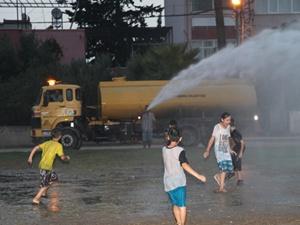 Belediye sıcaktan bunalan çocukları serinletti