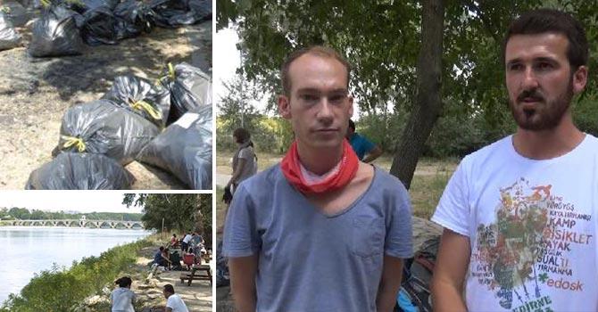 Yabancı öğrenciler, piknikçilerin çöpünü topladı