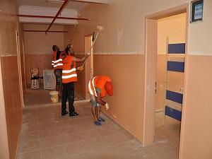 Hükümlüler okullardaki tadilat ve boya işlerini yapıyor