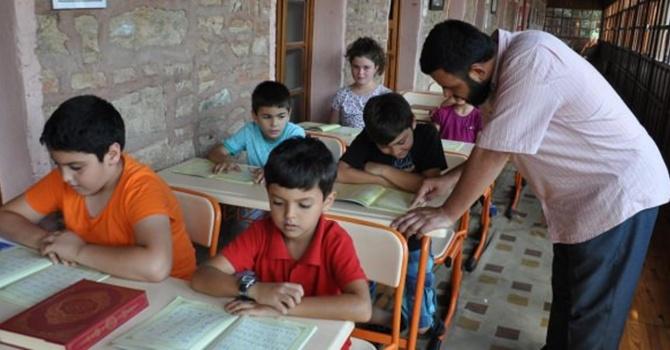 Suriyeli imam Arapça öğreterek geçimini sağlıyor