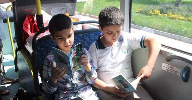 Burada kitap okuyana otobüs ücretsiz
