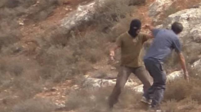 Yahudi yerleşimci Filistinlilere yardım eden aktiviste saldırdı