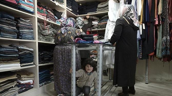 Suriyeli sığınmacılar için ücretsiz giyim mağazası