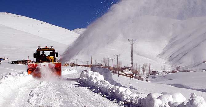Doğu'da 1500'den fazla köy yolu ulaşıma kapandı