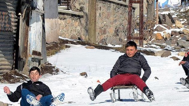 Sarıkamışlı çocuklar karla sevindi