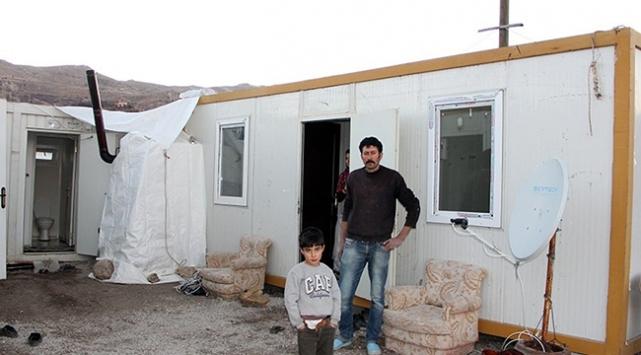 Depremlerde evleri hasar gören aileler için konteyner yardımı