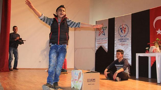 Suriyeli çocuklar ülkelerindeki savaşı canlandırdılar