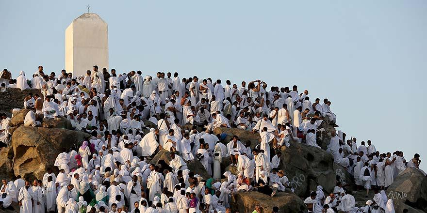 Büyük gün geldi: Hacı adayları Arafat'a çıkmaya başladı