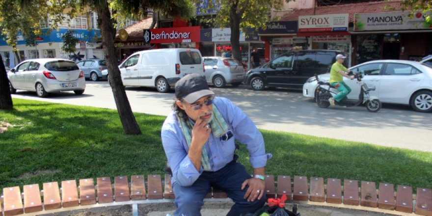 Eski bakanın oğlu sokakta yaşıyor