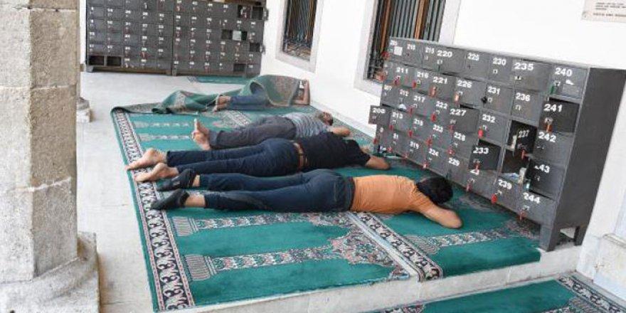 Cami sundurması evsizlerin yatakhanesi oldu