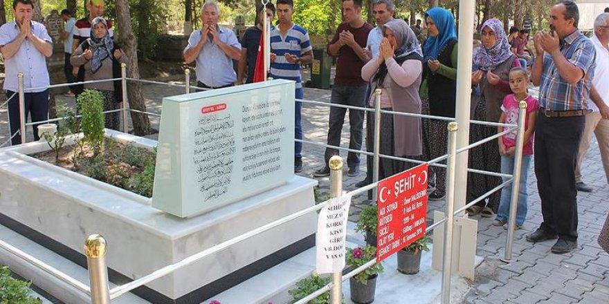 15 Temmuz şehidi astsubay Ömer Halisdemir'in kabrine ziyaretçi akını