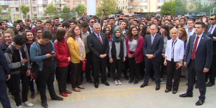 Başbakan'dan öğrencilere sürpriz ziyaret