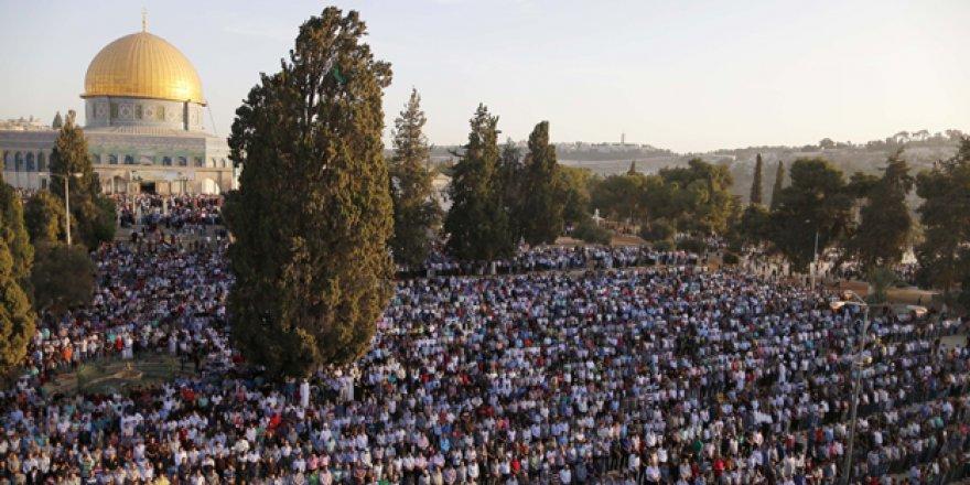İşgalci engelleyemedi, binlerce kişi namaza durdu