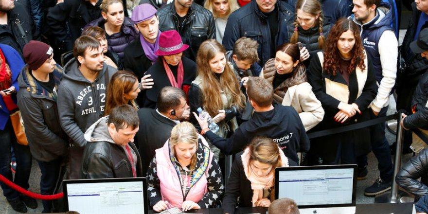 Moskova'da iPhone 7 kuyruğu
