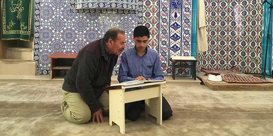 17 yaşındaki Suriyeli hafız cami cemaatine Kur'an öğretiyor