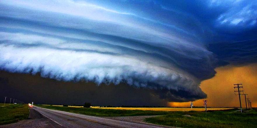 Kasırga, saatte 220 kilometre hızla ilerliyor